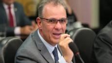 Ministro contraria Bolsonaro e diz que manterá conta de luz mais cara até abril